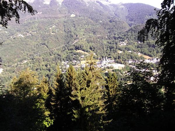 Allemond entraperçu dans la montée vers Villard-Reculas.