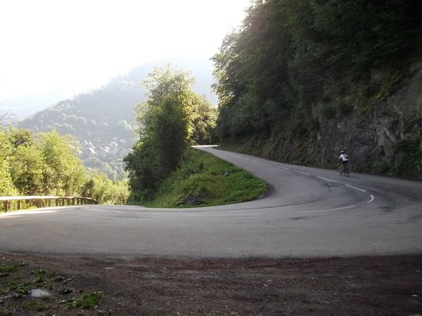 Un lacet dans la montée vers Villard-Reculas.