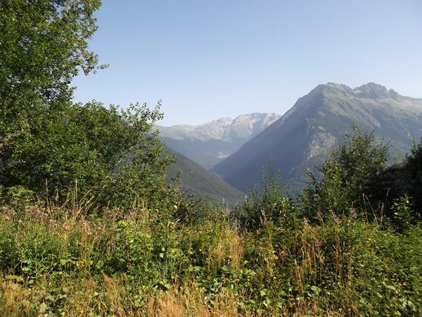 Au centre, la Vallée de l'Eau d'Olle, accès au Col de la Croix de Fer.