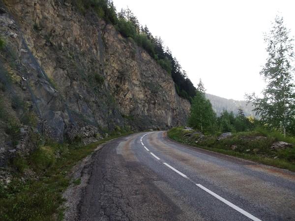 Route côté Vallée de la Romanche vers Villard-Reculas.