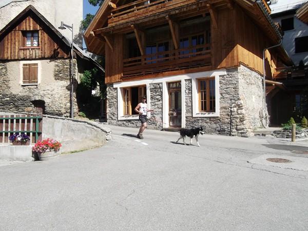 La course passe dans le village.