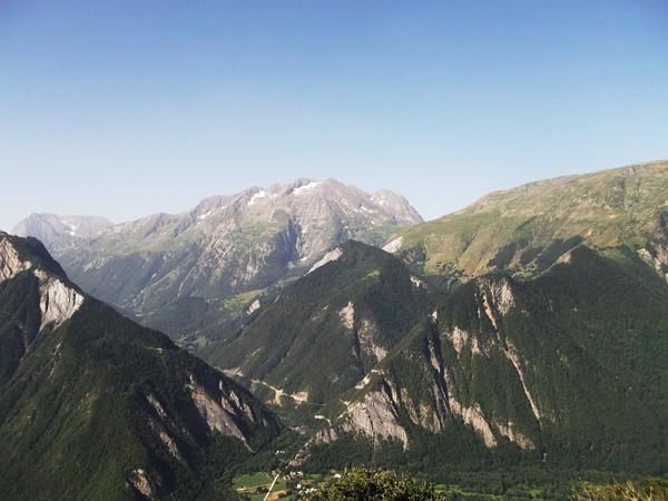 Le massif du Taillefer. Au centre, la route qui grimpe au Col d'Ornon.