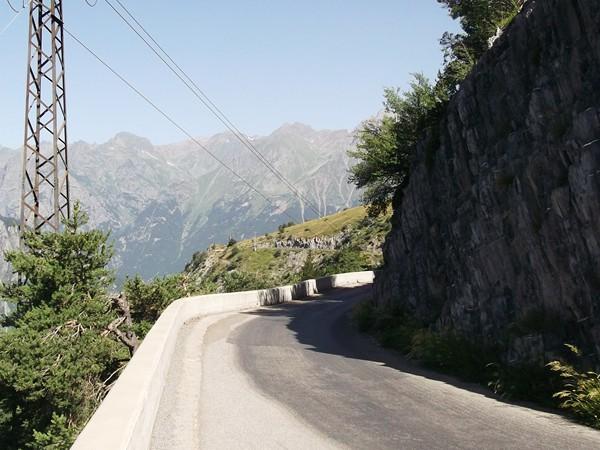 Encore un aperçu sur la route balcon en direction de Villard-Reculas.