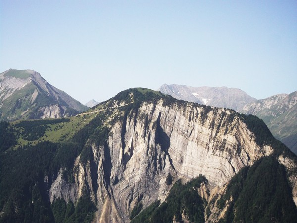 Le Prégentil avec l'accès vers le Col de St-Jean.