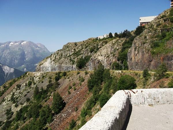 La route de l'Eclose passe sous le Rocher des Outaris.