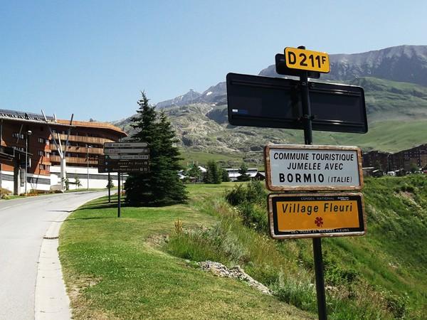 Oui, on est bien à l'Alpe d'Huez. La plaque a été sûrement subtilisée par un Hollandais fanatique !