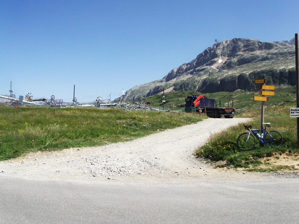 Le Col du Poutran. Il y a un tas de ferraille entreposé juste à coté du au démontage d'une remontée mécanique.