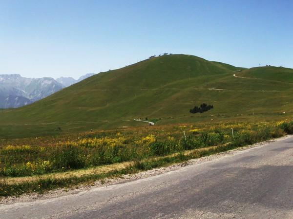 Montée du Col du Poutran. En bas, la station de l'Alpe d'Huez.