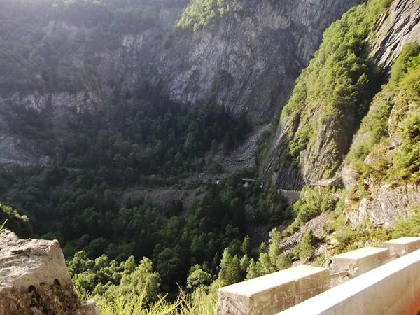 ... qui sert à traverser la paroi rocheuse sur la droite, on distingue les vestiges de l'ancien tunnel...