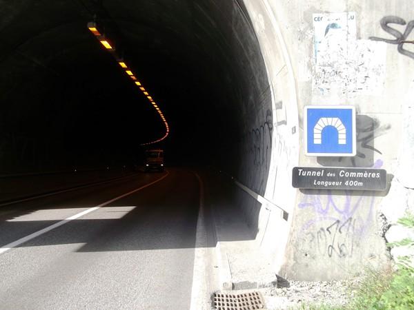 ... c'est le tunnel des Commères, longueur 400 m, il faut bien rouler à droite, ce n'est pas très large !