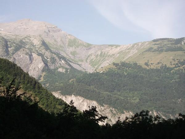 Tout au milieu, vue sur Villars-Notre-Dame (montée du Col du Solude).