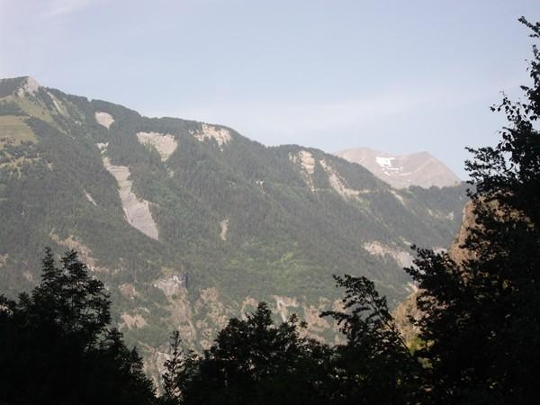 On aperçoit aussi la piste du Col du Solude ainsi que le col qui se trouve sur la droite.