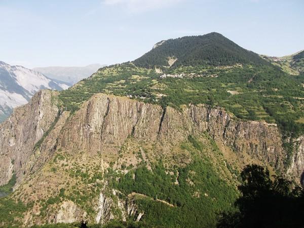 Au milieu, le petit hameau du Cert.