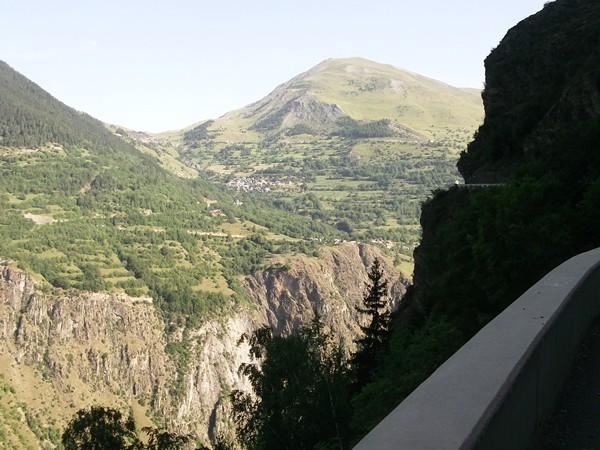 Depuis la route-balcon, vue sur les Cours de la Commune d'Auris.