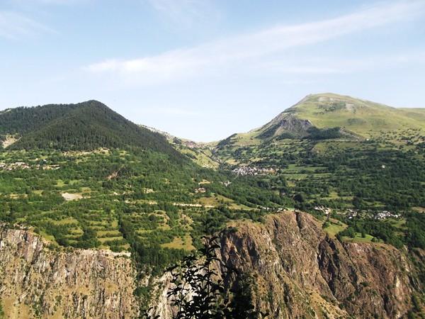 La Station d'Auris-en-Oisans. Au-dessus, le Col de Maronne.