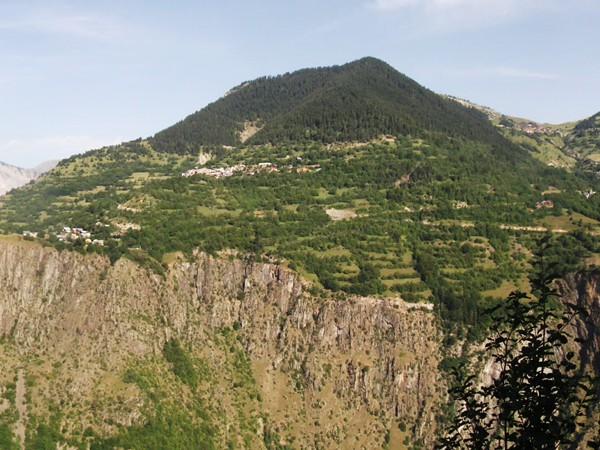 En face, le Col de Maronne niché entre la Montagne de l'Homme à droite et les Sures à gauche.