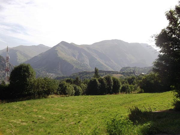 Vue sur le Massif des Grandes Rousses et la Cime des Rachas (à droite - 2614 m).
