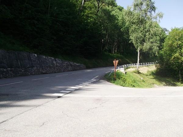 Le croisement avec la D213, à droite, c'est la montée vers les 2 Alpes.