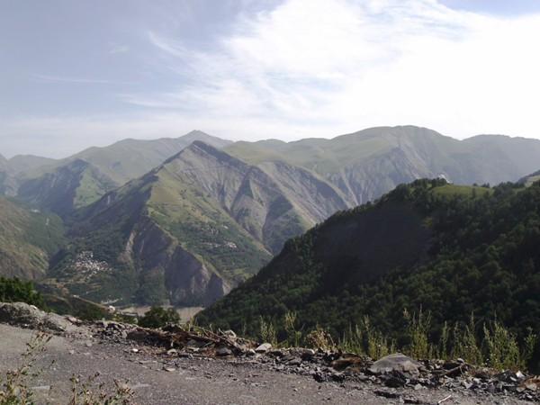 Petit coup d'oeil en arrière sur le Massif des Grandes Rousses. Au milieu, on distingue la Vallée de la Sarenne.