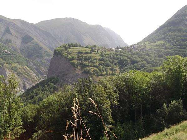 En redescendant vers le Lac du Chambon, le petit village de Cuculet que l'on peut atteindre depuis Mont-de-Lans.