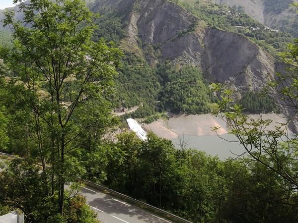 Le Lac de Chambon à travers des arbres, les points de vue sont rares.