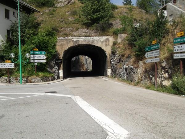 Le petit tunnel qui débouche sur le barrage.