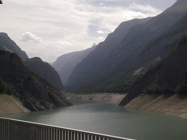 Vue sur le Lac du Chambon depuis le barrage.