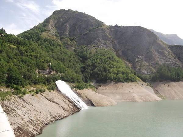 Le fameux geyser. Rien à voir avec le fonctionnement du barrage, c'est une conduite d'eau forcée du torrent du Ferrand qui a été en partie canalisé.