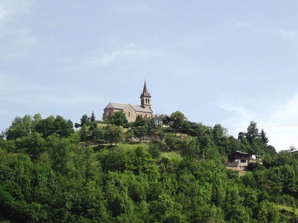 L'église de Mizoën perchée au-dessus du lac.