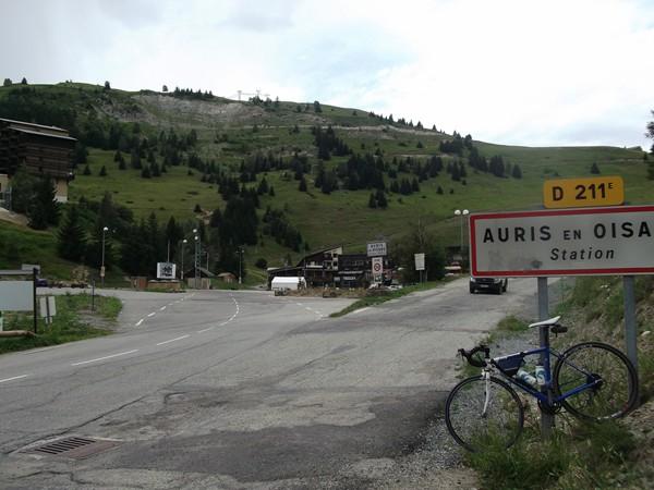 En redescendant, la Station d'Auris-en-Oisans. On peut s'arrêter là mais... il y a un col un peu plus haut !