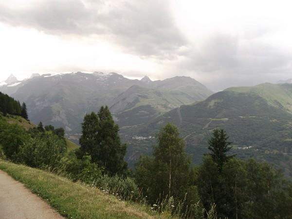 Au milieu, le Jandri - 3288 m. En-dessous, la Station des 2 Alpes.