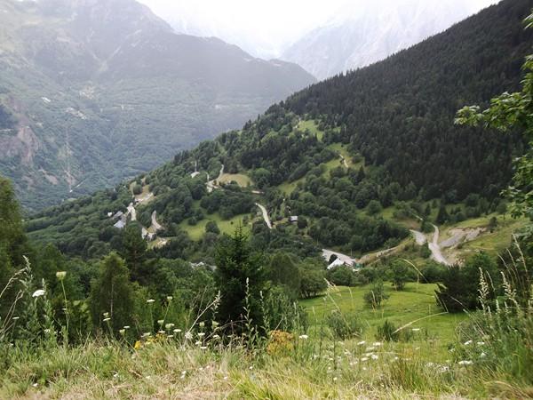 Plus bas, les lacets de la montée d'Auris-en-Oisans.