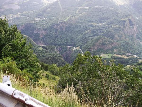 En bas, la route du Lac de Chambon. En haut, à droite, la route-balcon de Bons.