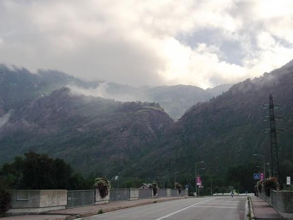 Sur le pont de la Romanche à la sortie de Bourg-d'Oisans. Là-haut, c'est l'Alpe d'Huez.