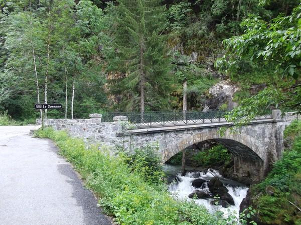 Le petit pont qui enjambe la Sarenne. Sa source provient d'un glacier du même nom situé à près de 3000 m d'altitude.