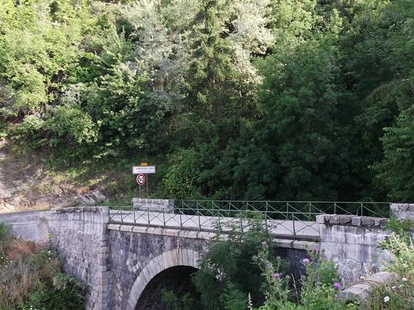 Un pont à la sortie d'Armentier.