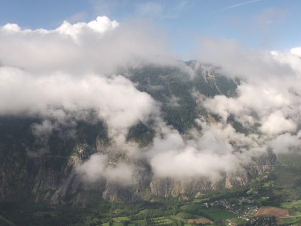 Le Massif des Ecrins est un peu masqué par une petite mer de nuages.
