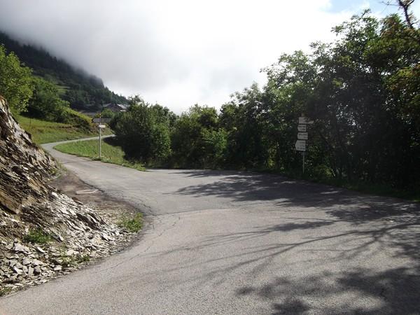A la sortie du Balcon d'Armentier. La route à gauche file vers Auris-en-Oisans, celle à droite descend à Freney-d'Oisans.