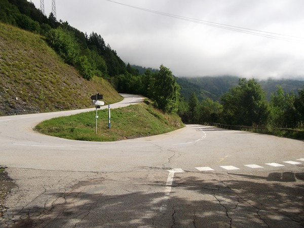 Nouvelle intersection, à gauche on monte à Auris-en-Oisans, à droite on continue la descente vers le Freney-d'Oisans.