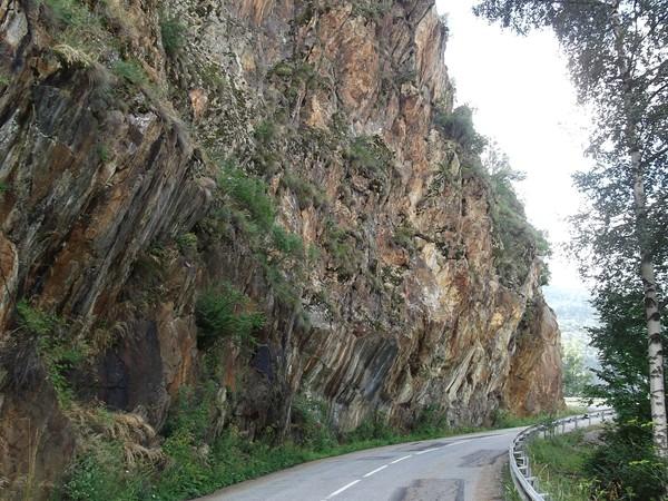 Sous cette belle paroi rocheuse, il faut effectuer une petite remontée à 5% avant la descente finale.