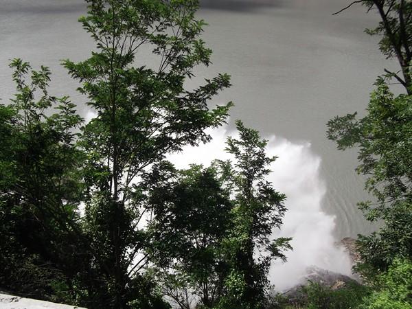 Prise de vue juste au-dessus du fameux geyser qui se déverse dans le Lac du Chambon.