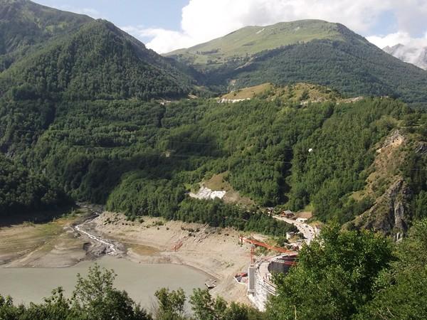 Vue sur le Lac du Chambon et son barrage dans la montée vers Mizoën.