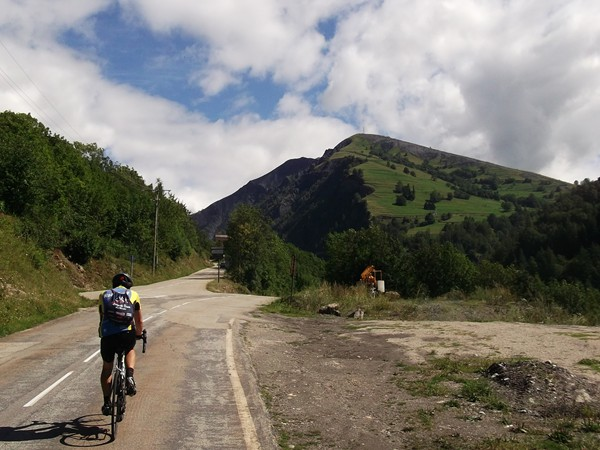 La route remonte vers Clavans le Bas. A droite, une route mène au village de Besse.