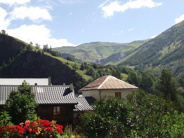 Au-dessus des toits de Clavans le Bas, on distingue la montée vers le Col St-Georges (2245 m) que je ferais en VTT à la fin de mon séjour.