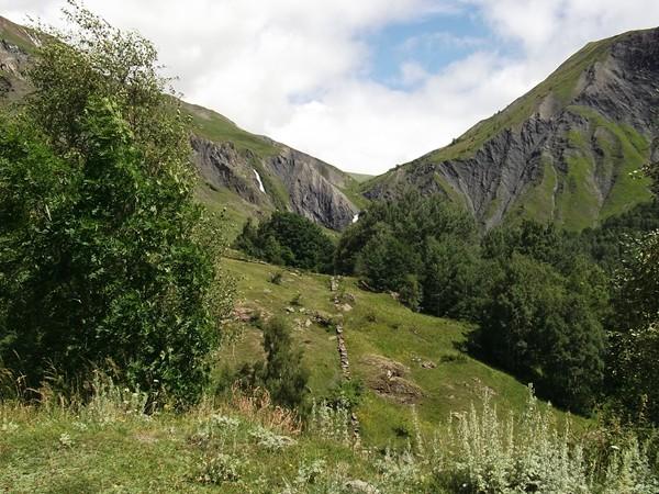 Les petites traces blanches ne sont pas de la neige mais la Cascade du Ferrand.