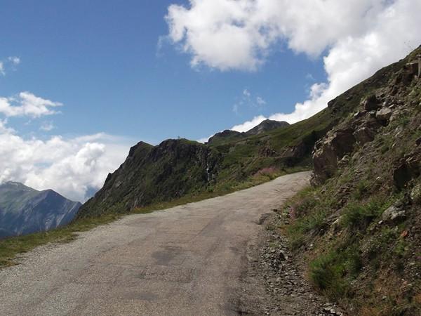 Une route qui se dégrade petit à petit mais aucun problème pour un vélo.