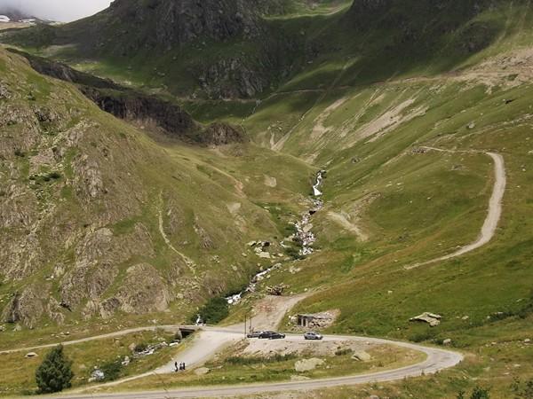 Vue sur le petit pont qui enjambe le Cascade de la Sarenne. Au-dessus, le Château Noir (alt. 2882 m).