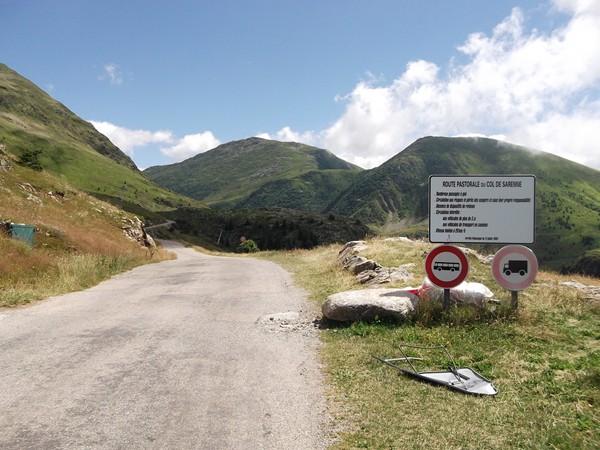 Fin/début de la route pastorale du Col de Sarenne, j'ai du croisé 2 ou 3 véhicules maxi, vraiment tranquille, que du bonheur pour les cyclos !