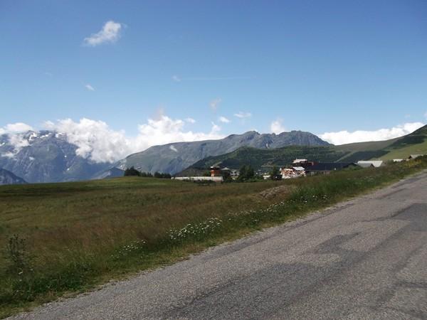 Retour à la civilisation à l'approche de l'Alpe d'Huez.