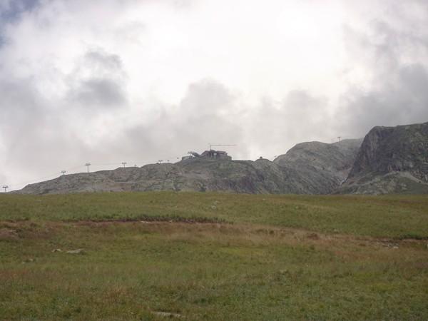 Travaux à la Cabine de Poutat. Une grue a été dressée à plus de 2000 m d'altitude !